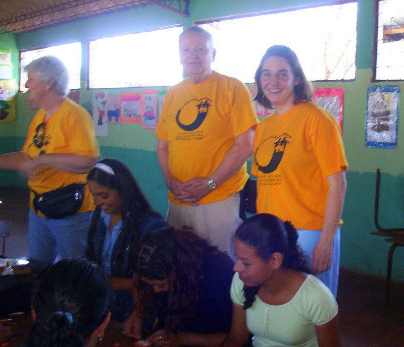 In El Salvador, sharing hands-on teaching activities with rural primary school teachers.