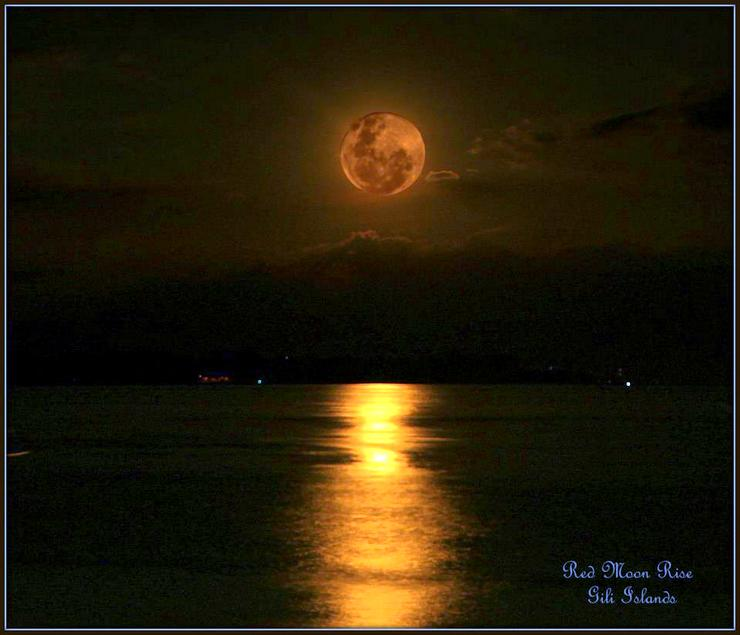 An amazing moonrise in Indonesia, captured by Klelia.