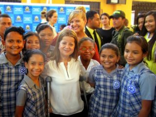 Kate with her 4th grade students from Colegio Distrial Hogar Mariano and the Mayor of Barranquilla, Elsa Noguera.
