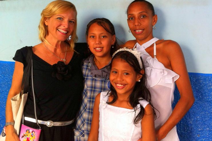 Kate with two of her favorite students (sisters!) and their mother at Colegio Distrial Hogar Mariano in Barranquilla, Atlántico, Colombia.