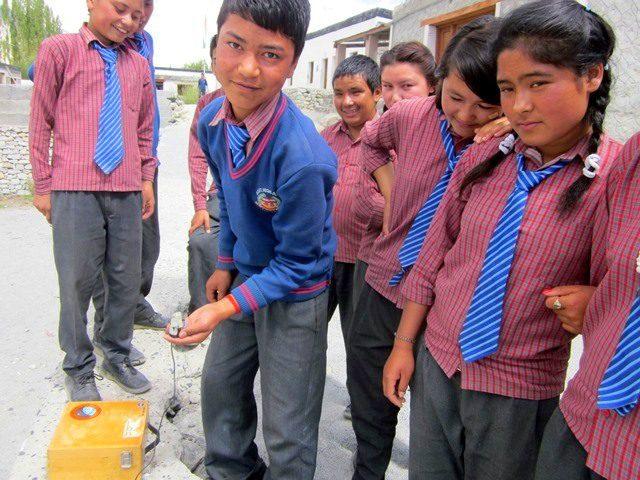 Ladakhi students using the quantum radiometer.